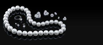 Collier et bijoux blancs réglés de perle de luxe avec des diamants dans l'anneau et des boucles d'oreille sur un fond noir Image libre de droits