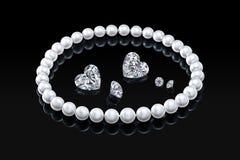 Collier et diamants blancs réglés de perle de luxe sur un fond noir avec la réflexion brillante Photographie stock