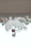 Collier et pendant argentés de bijoux dans la réflexion Photographie stock