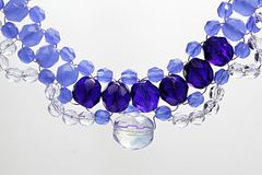 Collier fait main de lumière, de perles en verre bleu-foncé et transparentes et de fil de bijoux Photographie stock libre de droits