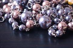 Collier gris et rose de perle sur un fond foncé avec le reflecti Images libres de droits