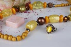 Collier jaune avec des perles Photographie stock libre de droits