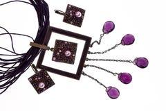 Collier lilas avec des boucles d'oreille Photographie stock libre de droits