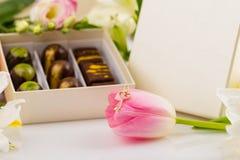 Collier pendant de clé de coeur d'or sur la fleur Photo stock