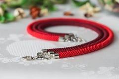 Collier perlé de couleur rouge de trois cordes Photos stock
