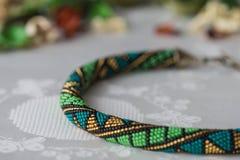 Collier perlé de crochet fait main avec le modèle géométrique Image libre de droits
