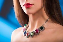 Collier sur le cou rubis et émeraude Photographie stock