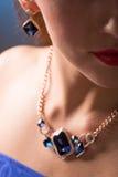 Collier sur le cou rubis et émeraude Photo stock