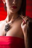 Collier sur le cou rubis et émeraude Images libres de droits