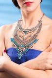 Collier sur le cou rubis et émeraude Image libre de droits