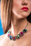 Collier sur le cou rubis et émeraude Photos libres de droits
