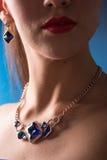 Collier sur le cou rubis et émeraude Images stock