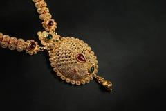 Collier traditionnel indien d'or avec des pierres gemmes photos libres de droits