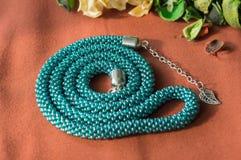 Collier vert-bleu des perles avec une chaîne Images libres de droits