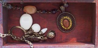Colliers dans un cadre photographie stock