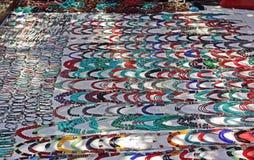 Colliers de fantaisie montrés sur le marché aux puces Photo stock