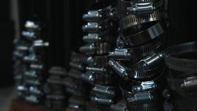 Colliers de la conduite de l'eau sur le fond noir Fer, fuite photos stock