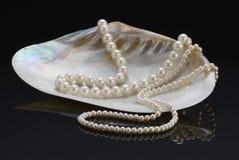 Colliers de perle dans l'interpréteur de commandes interactif nacré photos stock