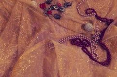 Colliers de perle sur un tissu éclatant photographie stock