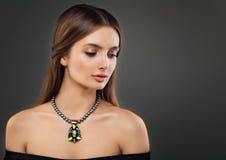 Colliers de port de perle de belle jeune femme photographie stock libre de droits
