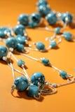 Colliers de turquoise au-dessus de fond orange Photo libre de droits