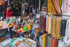 Colliers ethniques à vendre sur le marché thaïlandais photo stock