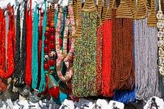 Colliers faits main et bracelet avec des perles au marché Photo stock
