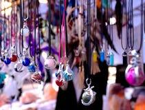 Colliers indiens sur l'affichage de marché en plein air Photo stock