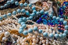 Colliers sur le marché aux puces photos stock