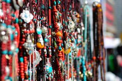Colliers traditionnels de décoration dans le marché du Thibet Photo stock
