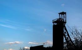 Colliery силуэта вечера против голубого неба с облаками стоковое фото rf