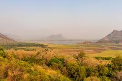 Collina con la diga e la foresta verde fotografie stock libere da diritti