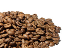Collina dei chicchi di caffè marroni isolati su bianco fotografia stock