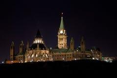 Collina del Parlamento alla notte Fotografia Stock Libera da Diritti