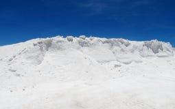 Collina del sale nel lago del sale fotografie stock