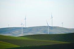 Collina dell'azienda agricola del grano con il mulino di vento Immagini Stock