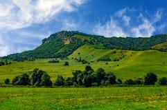 Collina dell'erba verde e cielo nuvoloso Fotografia Stock Libera da Diritti