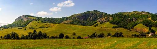 Collina dell'erba verde e cielo nuvoloso Immagine Stock