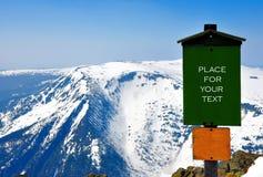 Collina della neve con il segno Immagini Stock