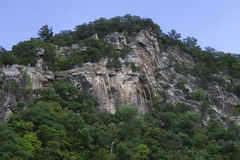 Collina della roccia con gli alberi Fotografia Stock Libera da Diritti
