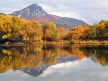 Collina della sorsata e fiume di Vah in autunno Fotografia Stock