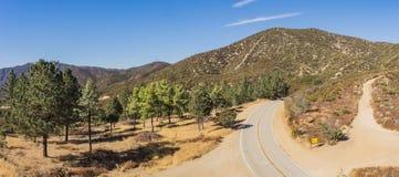 Collina delle creste della strada in deserto asciutto fotografia stock