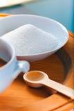Collina dello zucchero con il cucchiaio di legno Fotografia Stock