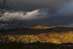 Collina di autunno da Breaza, Romania immagini stock