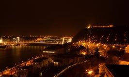 Collina di Budapest Gellért alla notte Fotografie Stock Libere da Diritti