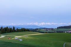 Collina di Gurten con la vista delle alpi svizzere, Svizzera fotografia stock