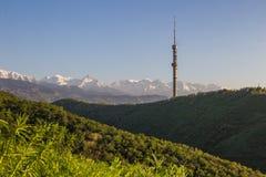 Collina di Kok Tobe e Mountain View in primavera, Almaty, il Kazakistan Fotografia Stock