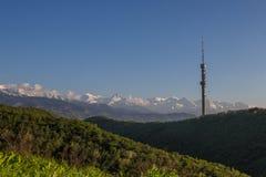 Collina di Kok Tobe e Mountain View in primavera, Almaty, il Kazakistan Immagini Stock