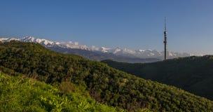 Collina di Kok Tobe e Mountain View in primavera, Almaty, il Kazakistan Immagini Stock Libere da Diritti