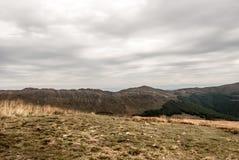 Collina di Kopa Bukowska e cresta della montagna di Krzemien dalla collina di Tarnica in montagne di Bieszczady di autunno in Pol Fotografie Stock